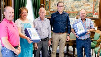 La alcaldesa y el concejal, con el proyecto elaborado por técnicos de Diputación y que les ha entregado el presidente.