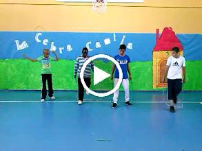 Video: Coreografias de Ed. fisica. Alumnos de 6ºA de Primaria. ¡Buen trabajo campeones!