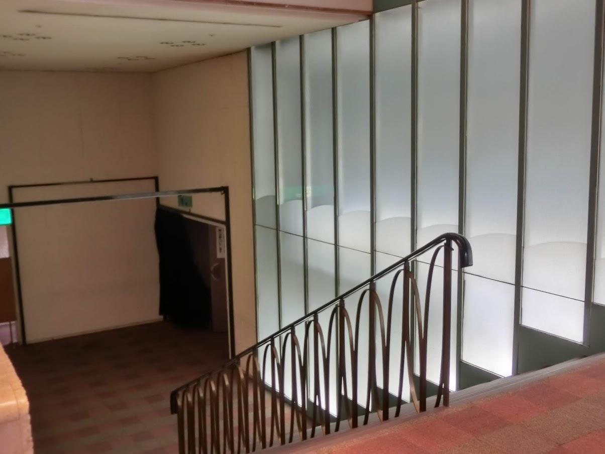 中日劇場左側出口の階段