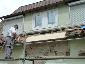 Photo: die neue Dachrinne wird durchgängig , erst muss aber vorbereitet werden.......