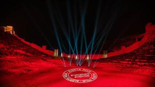 La Alcazaba y su entorno, iluminados de rojo.