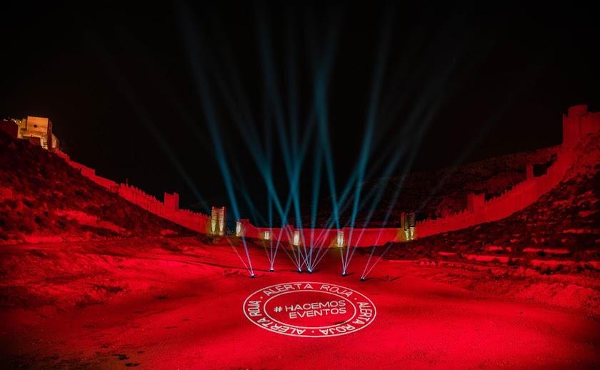 ¿Por qué se han iluminado de rojo estos emblemáticos edificios de Almería?