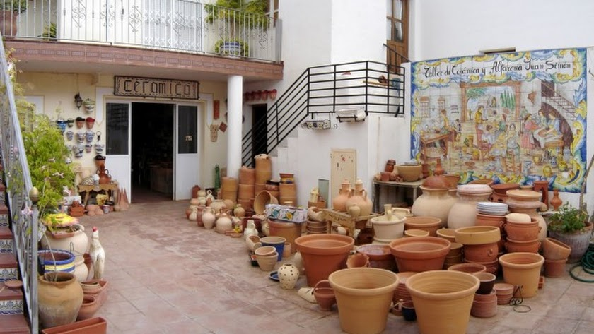 La tradición alfarera, con una gran huella morisca, quizá sea la más característica de la zona.