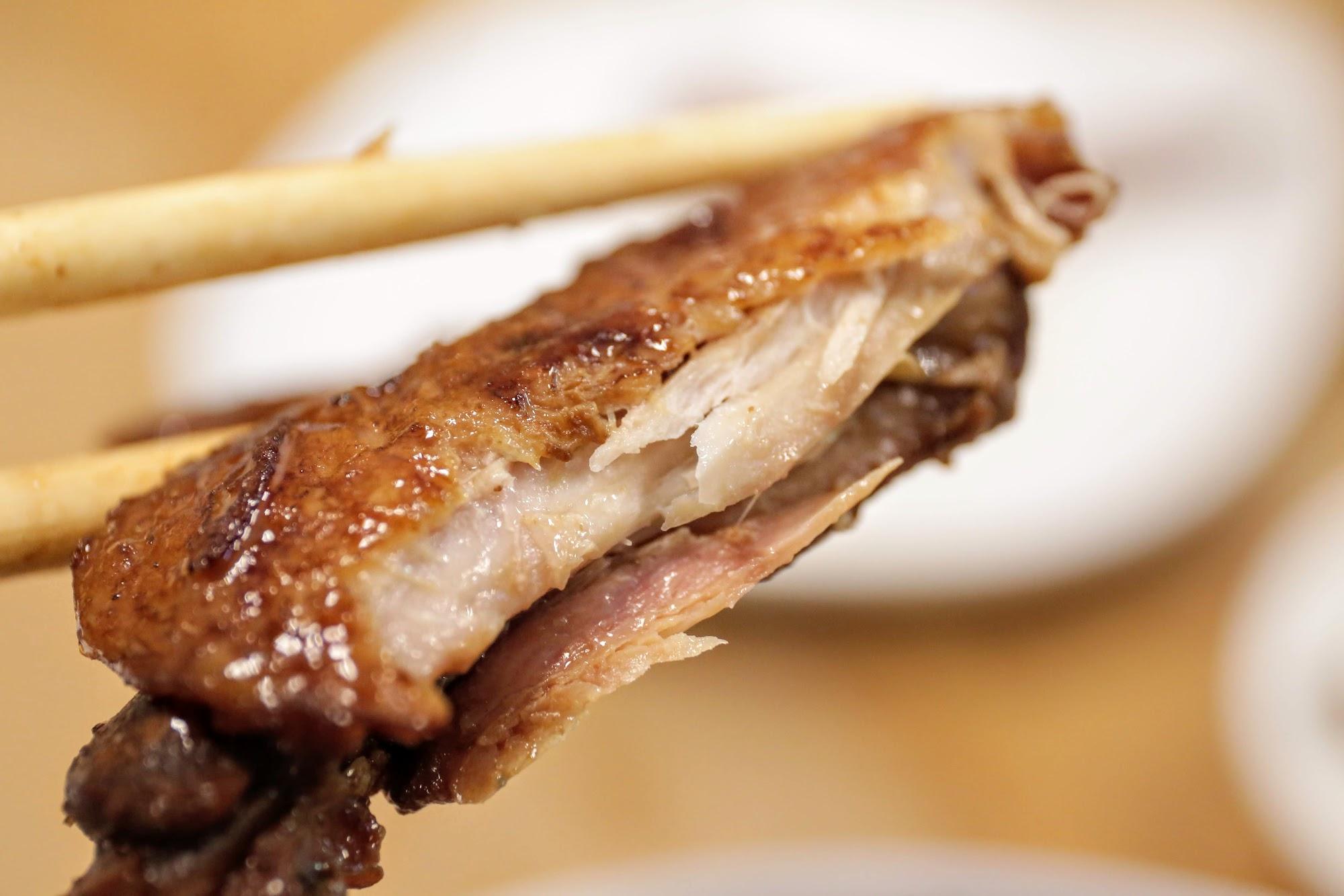 雞翅的醬汁跟剛剛滷味的醬汁很雷同,就是帶著一點鹹味和甜味的醬汁,重點是雞翅的肉和骨頭,幾乎一咬就整個劃開啊...
