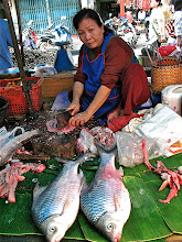 Photo: fish vendor, Nakhon Phanom market