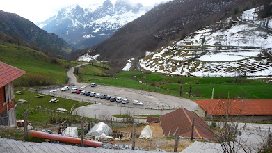 Photo: El aparcamiento del pueblo de Tuiza de Arriba donde dejamos los coches