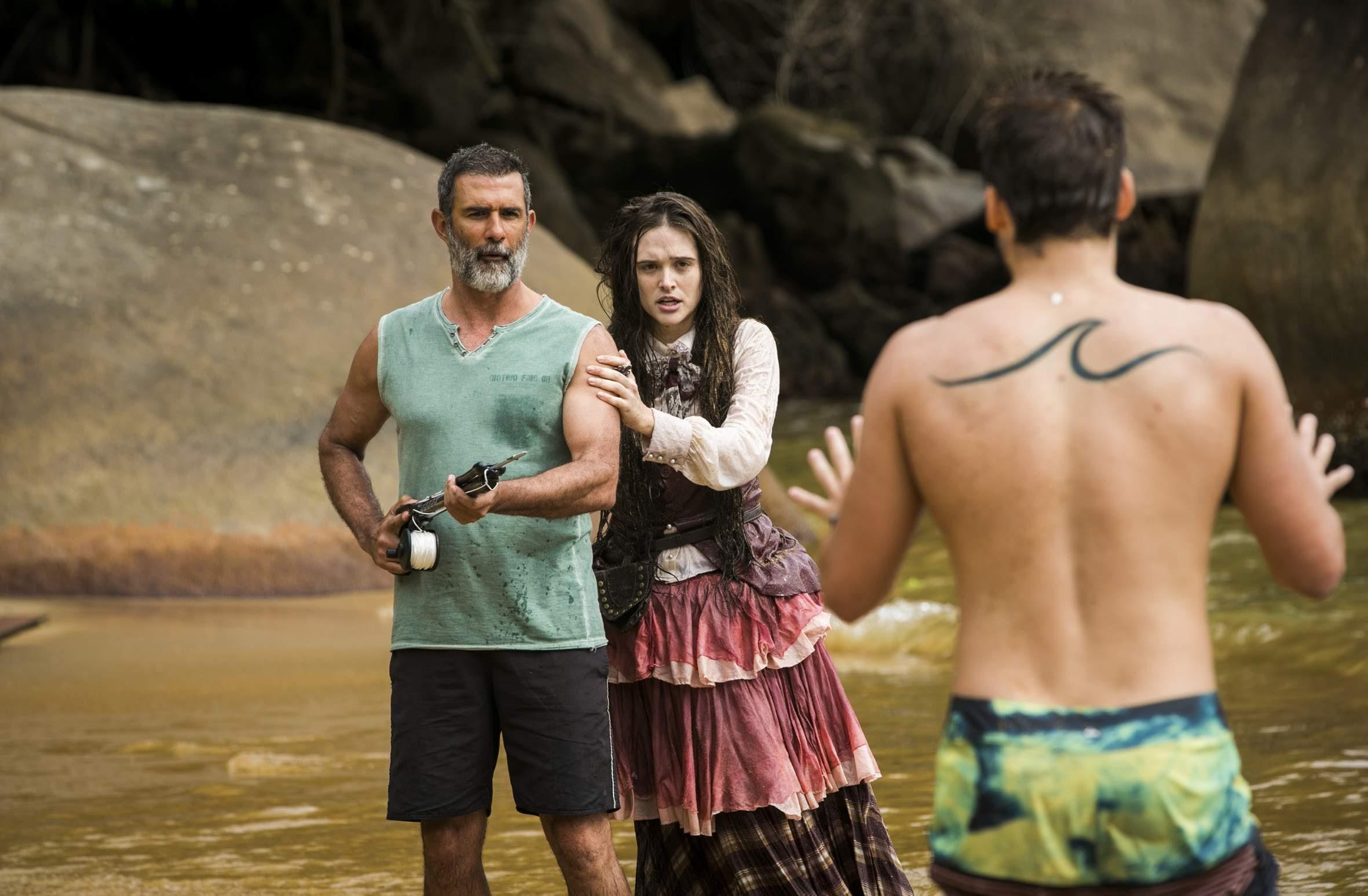 Marino ( Marcos Pasquim ) protege Marocas ( Juliana Paiva ) de Samuca ( Nicolas Prattes