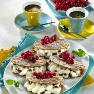 Butterwaffeln mit Johannisbeer-Sahne