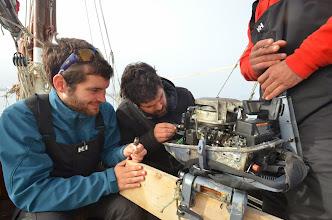 Photo: Réparation du moteur hors bord ! des petits soucis de bougies...