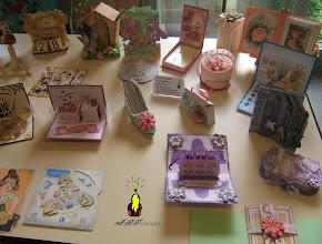 Photo: zoom sur la partie droite de l'exposition cartes kirigami douceur, boitages shabby, cartes pop-up