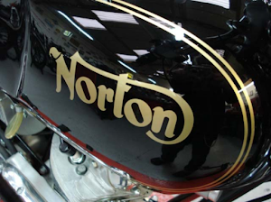 Vue latérale du réservoir de la Norton Commando Roadster restaurée dans les ateliers de Machines et Moteurs