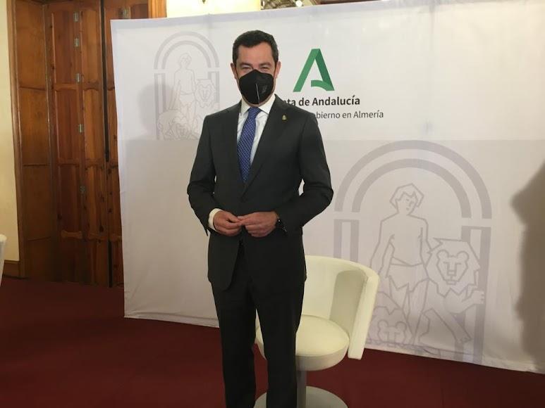 Juanma Moreno posa ante los medios de comunicación.