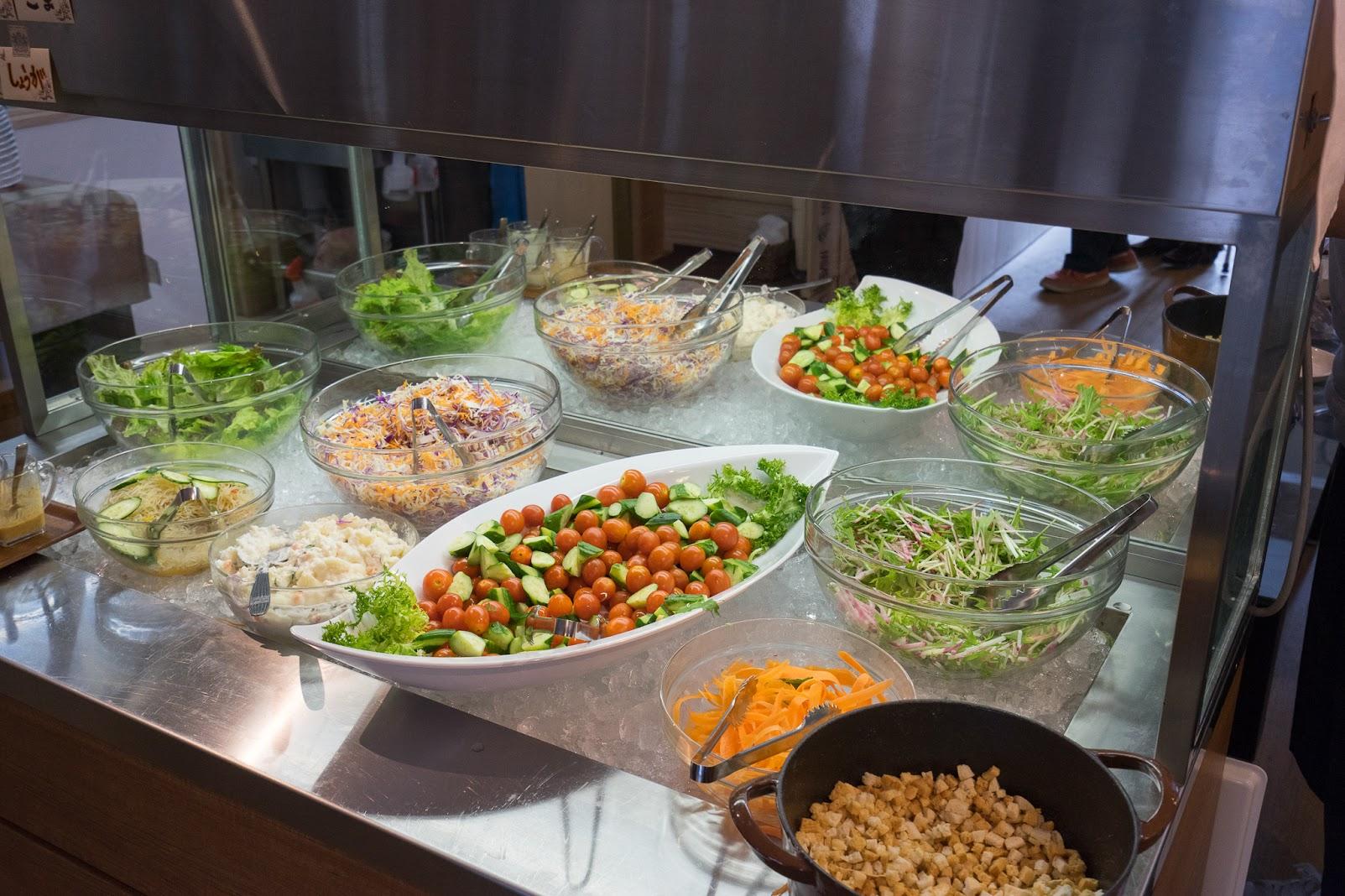 色どり鮮やかな新鮮サラダ