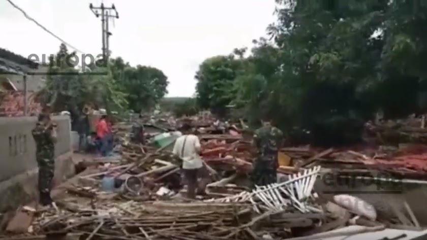 Imagen de Europa Press de la costa oeste de Indonesia sorprendida por un tsunami.