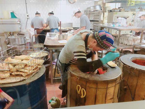 清晨6點排1個小時,中日韓都要排 鹹豆漿不點會後悔啊,熱豆漿也超濃 無糖也完全沒有豆腥味,邊喝邊吃豆皮 厚餅單吃就很香,薄餅夾油條超Q 焦糖甜餅好吃有特色,純手工當日現做 下次還會再來🤓