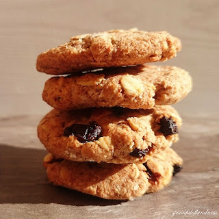 Crumbly Oatmeal Raisin Cookies