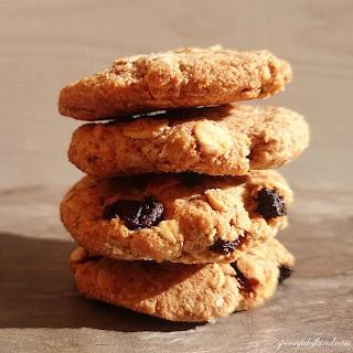 Crumbly Oatmeal Raisin Cookies