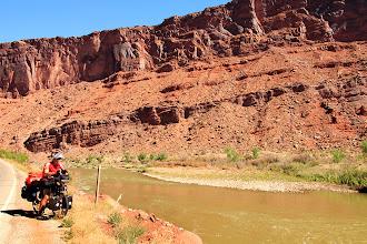 Photo: La route 128 à partir de Moab, longe le fleuve Colorado.