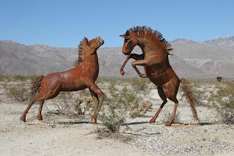 Photo: Kunstwerke, mitten in der Wüste bei Borrego Springs