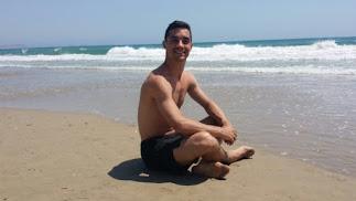 El patinador Javier Fernández, en una playa almeriense en una imagen difundida en sus redes.