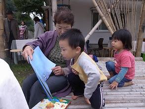 Photo: まちこさんの本読みに、子どもたちも興味深々