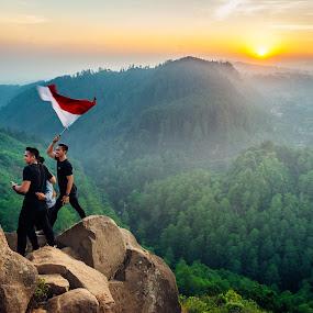 Berkibarlah Benderaku Merah Putih by Alexander Nainggolan - People Group/Corporate ( tahura, jawabarat, indonesia, merah putih, tebing keraton, national flag )