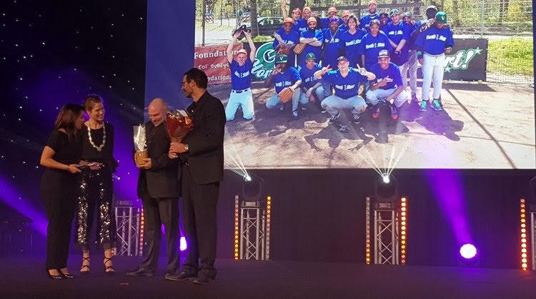 De twee club-iconen van Amsterdam North Stars nemen de prijs in ontvangst