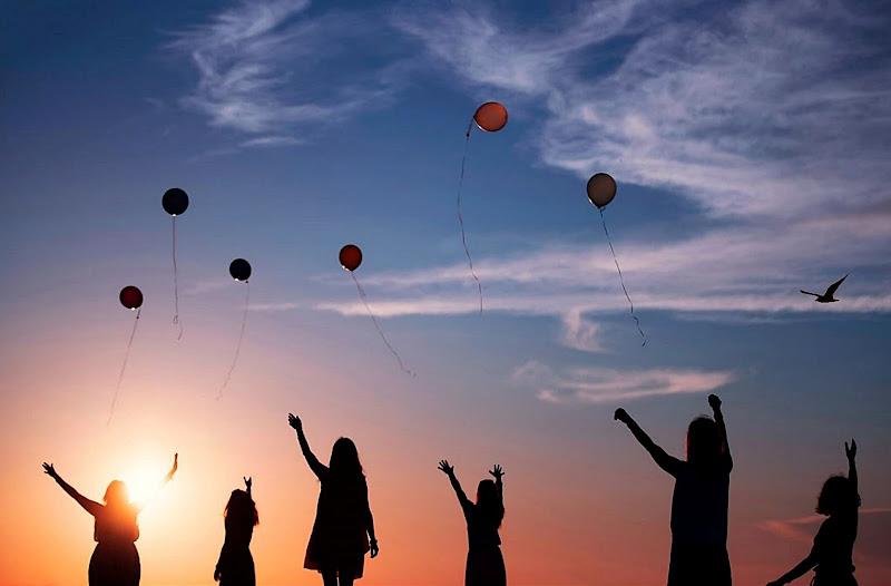 volano in cielo leggeri con le nostre speranze. di Marygio16