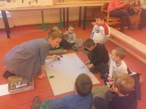 Farsangoló gyerekek a könyvtárban