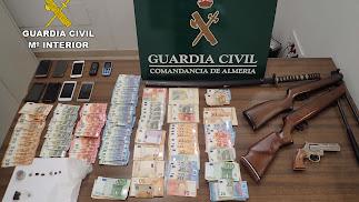 Armas de aire comprimido, dinero en efectivo y móviles incautados al clan desarticulado