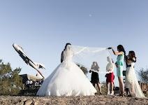 de lange sluier van een bruid wordt horizontaal gehouden voor een foto