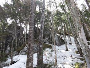 岩場を越えるが雪で難儀する
