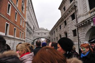Photo: Venise : c'est la cohue permanente pour voir le fameux pont des soupirs.