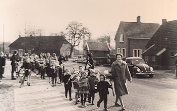 """Photo: Zondagsschool palmpasen 1961 Vooraan leidster Gé Zandvoort Optocht: """"Haontie op een stokkie"""""""