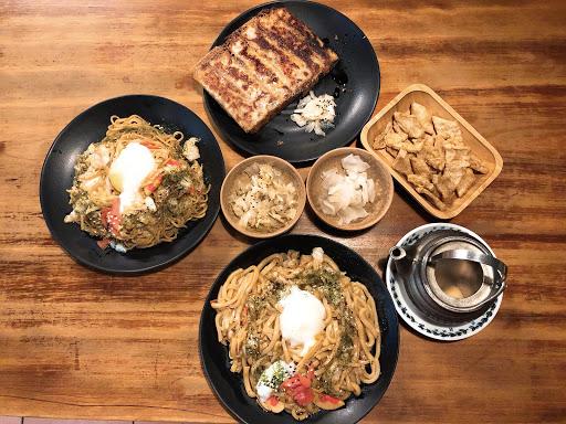 滿滿日式風味 月見烏龍麵/炒麵 蠻好吃的👍🏻 煎餃的口味也很有特色 土瓶蒸的湯頭超好喝❤烤黑輪必點