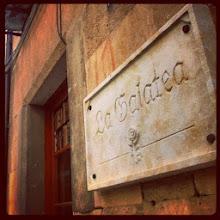 Photo: Hoy nos quedamos en Salamanca, una ciudad que todos vinculamos a la cultura y las letras. Existe allí, no podía ser de otro modo, una calle llamada Libreros y en ella en honor al enamoramiento no correspondido de un cíclope a una nereida, un lugar de visita obligada: Librería Anticuaria La Galatea. Si el formato digital parece imponerse, mucho más lo hace aquí el papel. Librería de viejo, concepto que siempre asocio a Mendel desde que descubrí su historia, nos muestra en su interior tesoros escondidos entre estantes atestados. Si miramos bien, una máquina de escribir de esas que repiqueteaban en toda una estancia y no molestaban con su rítmico sonido a quien estaba entregado a la profesión de crear, nos vigila a nosotros desde su privilegiado lugar. Y, como no, discos, vinilos que se van convirtiendo en objeto de colección. Fuente fotos: la propia librería Idea del viaje de hoy: Sara Montero Dueñas Se admiten sugerencias para más viajes literarios. Estaría bien poder ir marcando en un mapa todos estos sitios con el compromiso de ir o, al menos, de soñar con poder visitarlos.