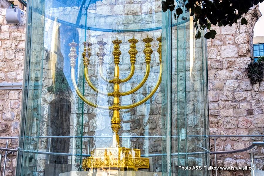 Золотая менора на площадке у Стены Плача. Экскурсия в Иерусалиме гида Светланы Фиалковой.