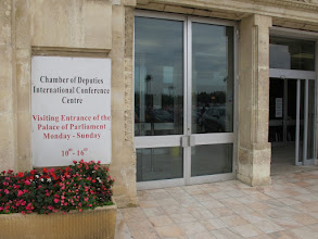 Photo: Rou3S121-151001Bucarest, Parlement, entrée visiteurs, pour contrôle de sécurité IMG_8618