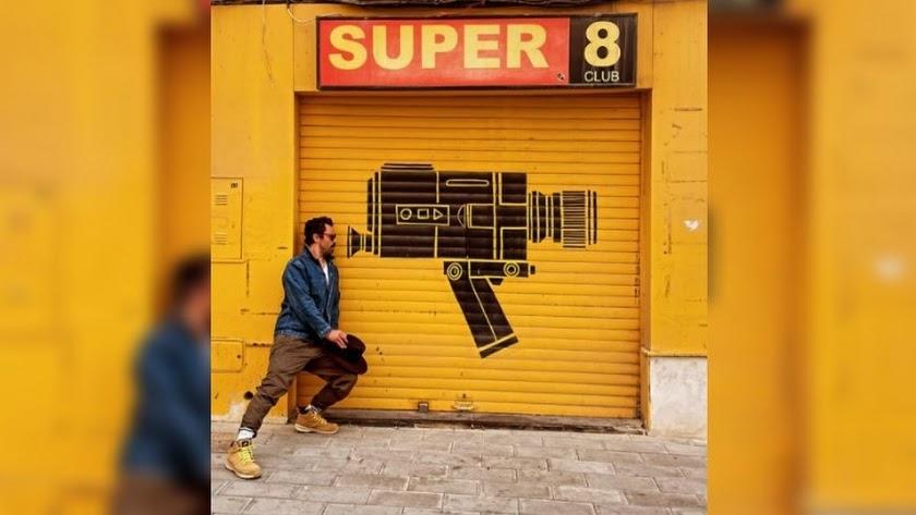 El actor Dominic Cooper, frente a la emblemática persiana del Súper 8, en una fotografía captada por el actor Douglas Booth.