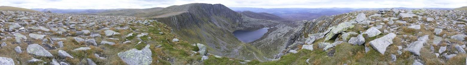 Photo: Panorama spod wierzchołka Cuidhe Crom  z wysokości 1078 m. n.p.m. W dole: Lochnagar.