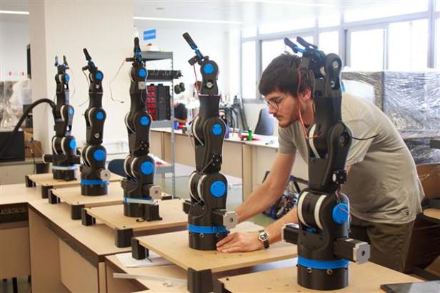 Этот механический манипулятор может помочь школьникам и студентам в Испании и во всем мире научится основам робототехники, механического конструирования и промышленного программирования