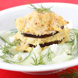 Überbackener Erdäpfel-Melanzani-Auflauf mit Schafskäse-Gurkensalat