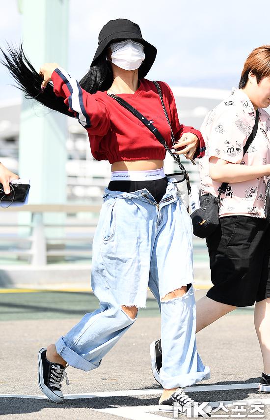 hwasa two pants airport fashion 1