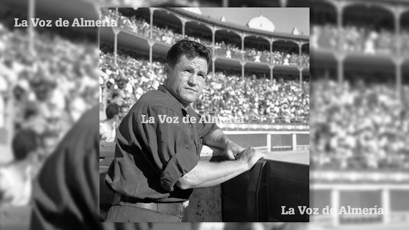 Juan Rodríguez, apodado 'El Pulga', en la barrera de la Plaza de Toros de Almería, esperando su momento para darle la puntilla al animal. 1965.