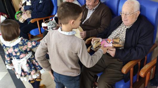 Los niños de Biosabor llevan la alegría el día de los Reyes Magos a los abuelos
