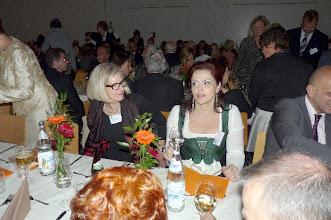 """Photo: Die Delegation des """"Neuen Merker"""" bei der """"Gottlob Frick-Gesellschaft in Ölbronn (2012). Anna Ryan im Gespräch mit Fr. Prof. Hartmann.  Foto: Elisabeth Freitag/Ölbronn"""