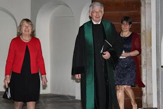 Photo: Ouderling van dienst Carla Bulsing, de jubilaris en zijn collega ouderenpastor Yolanda van der Stelt