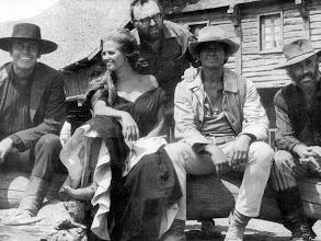 """Photo: Leone em pé num momento de descontração com os atores de """"Era uma Vez no Oeste"""": Henry Fonda, Claudia Cardinale, Charles Bronson e Jason Robards."""