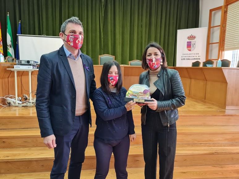 Marta Bosquet entrega un reconocimiento a una joven en Los Gallardos.