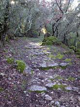 Photo: Sentier menant à la chapelle troglodytique